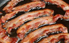 Calling all bacon lovers! Here are some very important tips about our favorite breakfast meat you need to Run bacon under cold water before cooking. Cooking Bacon, Cooking Tips, Cooking Steak, Tapas, Legume Bio, Courge Spaghetti, Best Bacon, Bacon Bacon, Bacon Beer