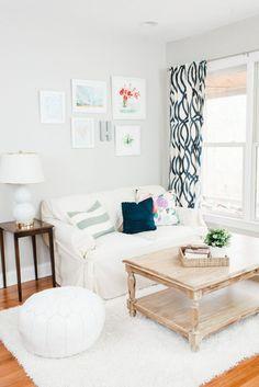 offener wohnbereich mit gradlinigen möbeln und modernen leuchten, Hause deko