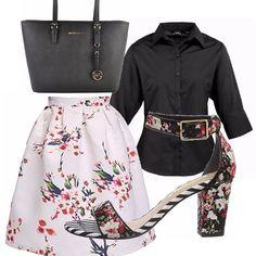 Outfit floreale con gonna ampia e comoda, camicia con manica a 3/4 nera. Il tocco in più è dato dalla scarpa particolare che è possibile abbinare anche con un abito bianco.