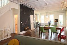 open beams in kitchen Bel espace ouvert. Salle d'eau derrière mur au tableau noir.  Plafond dégarni et peint blanc.