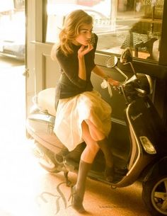 Flirting in Italian, con la Vespa.with the only way you should be riding a vespa in heels ; Vespa Girl, Scooter Girl, Parisienne Chic, Glamour, Motos Vespa, Look Girl, Looks Black, Look Fashion, Fashion News