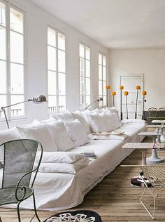 Today, I am loving this interior with the extra-long Casa Milano white linen sofa. It is actually the Parisian living room. Casa Milano, White Couches, White Walls, Living Spaces, Living Room, Style At Home, Home Fashion, Fashion Blogs, Fashion Fashion
