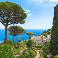 Amalfi Coast Tours in south of Italy by locals. Discover the Amalfi Coast with us by visiting places like Amalfi, Ravello, Capri, Positano. Amalfi Coast Tours, Positano, Places To Visit, Italy Tours, Activities, Mansions, History, Country, House Styles