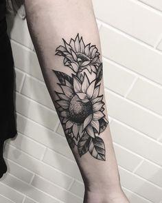 Tatuagem criada por Ricardo Garcia de Londrina. Girassóis em blackwork no braço.