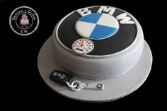 BMW logo with key and keychain - Cake by Tynka Different Wedding Cakes, Small Wedding Cakes, Wedding Cakes With Cupcakes, Cupcake Cakes, Car Cakes, 25th Birthday Cakes, Birthday Cake For Husband, Bmw Cake, Logo Bmw