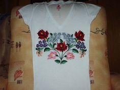 Kalocsai mintával hímzett pólóm,egyedi, mint minden egyes darabom.Ez az eredeti minta, ez az egyetlen darab  létezik belőle!