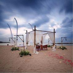 WEBSTA @ ayodyabali - Tag someone who you'd like to bring here tonight. 📷 : @mahakemala #romanticdinner #intimatenight #couple #beachfront