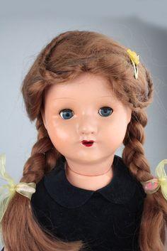HANS VÖLK Puppe, ca. 1925, gem. HV 70, 70 cm, Kurbelkopf, blaue Schlafaugen, Wimpern, offener Mund, Zähnchen, 5-tlg. Massekörper, blaues Festkleid, guter Zustand