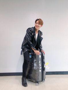 well atleast mingyu now rides his luggage with style Woozi, Mingyu Wonwoo, Seungkwan, Vernon Chwe, Hip Hop, Kim Min Gyu, Mingyu Seventeen, Carat Seventeen, Seventeen Wallpapers