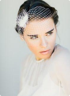 Ein sexy Birdcage Fascinator aus Hutnetz, der sich durch seine Schlichtheit den verschiedensten Braut-Looks perfekt anpasst. Auch ideal als romantisch festlicher Eye Catcher fürs Standesamt! Lale by bellejulie.de