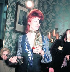 In 1974 David Bowie received an Edison for his album Ziggy Stardust at the Amstel Hotel in Amsterdam. Photo Ton Schutz. #amsterdam #1974 #DavidBowie