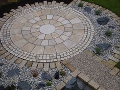 Soon I leave you 10 Garden Paving ideas include a nice video that you could take to give your garden space more creative decor upgrade and fresh appeal. Here, you'll also find yourself happier -I hope- when you to held new outdoor parties. Garden Paving, Garden Stones, Unique Gardens, Beautiful Gardens, Beautiful Landscapes, Cobblestone Patio, Circular Patio, Paving Design, Paving Ideas