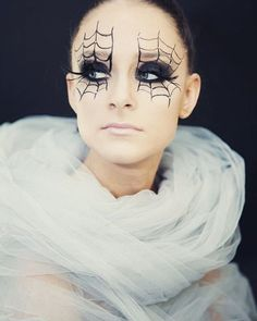 Maquillage Halloween femme simple et original - inspirations en photos Halloween Makeup For Kids, Kids Makeup, Halloween Looks, Makeup Ideas, Creepy Clown Makeup, Witch Makeup, Maquillage Halloween Simple, Spider Makeup, Helloween Make Up