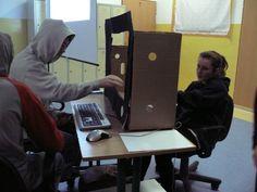 """W naszej szkole odbył się apel z okazji Dnia Bezpiecznego Internetupodhasłem """"Serfuję. Respektuję"""". Troje uczniów przygotowało i przedstawiło krótką scenkę, o przestrzeganiu przez wszystkich Internautów swoich praw i obowiązków w sieci. Dwaj chłopcy wrócili ze szkoły i od razu włączyli komputer. Zaczęli się przepychać, bo każdy chciał grać. Nagle usłyszeli głośne stukanie, a z wielkiego monitora wyskoczyła kartka i głos, zaczął im przypominać o tym, jakie prawa i obowiązki powinni…"""