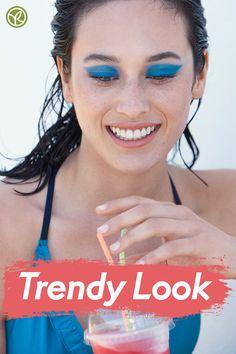 Blauer Lidschatten? YES! Mit dem wasserfesten Lidschatten-Stick von Yves Rocher liegst Du diesen Sommer voll im Trend! #summerlook #lidschatten #bluemakeup Yves Rocher, Trends, Oui, Summer Looks, Fashion, Blue Eyeshadow, Eyeshadows, Summer Recipes, Moda