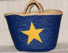 Cesta com pegas de verga pintada à mão, fundo azul escuro com estrela amarela   Whopsy