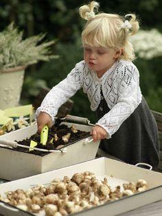Bloembollen planten met kinderen Tuinieren is goed voor de ontwikkeling van kinderen. Ze zijn lekker buiten bezig, zitten met hun handen in de aarde, ervaren de invloed van de seizoenen en zien hoe planten groeien.  Leer kinderen eens bloembollen planten. Het is een leuk en eenvoudig tuinklusje. En in het voorjaar worden ze, samen met jou, beloond met een kleurrijke lentetuin.