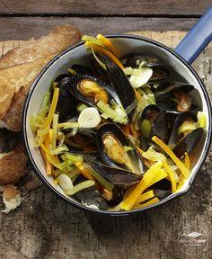 Miesmuscheln bretonische Art: Mit Lauch, Karotten. Sellerie – und natürlich mit Weißwein! Klicken und Rezept entdecken.