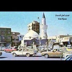مسجد ابي بكر الصديق في #المدينة_المنورة فترة الثمانينات الميلادية و يظهر في اليمين مدخل سوق الحبَّابة