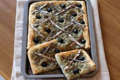 La pissaladiereè una ricetta della città di Nizza, si realizza con un impasto semplice e si farcisce con cipolle, acciughe e olive. #cipolle #acciughe #olive #massi