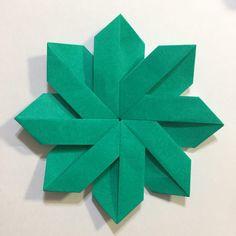 幼児とクリスマス折り紙 簡単で華やかなポインセチアの作り方 Poinsettia, Logos, Cards, Design, Origami Diagrams, Logo, Maps, Playing Cards