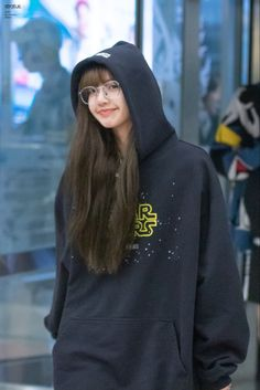 South Korean Girls, Korean Girl Groups, Rapper, Lisa Blackpink Wallpaper, Kpop Couples, Jennie Blackpink, Blackpink Lisa, Airport Style, Yg Entertainment