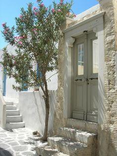 Paros, Parikia / Greece - Travel Tips Santorini, Mykonos, Paros Greece, Paros Island, Greek House, Greece Islands, Exterior, Backyard, Patio