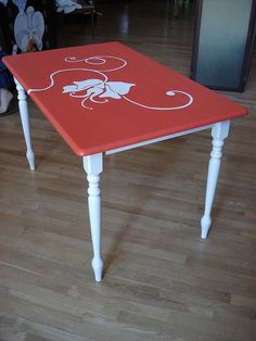 What a pretty way to paint the table!!! :D
