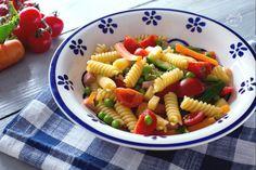 La pasta fredda è una fresca insalata di pasta leggera e gustosa, realizzata con verdura di stagione e ingredienti di qualità!