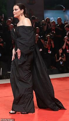 Liv Tyler joins Brad Pitt for Ad Astra premiere at Venice Incredible: The actress flashed a hint of her alabaster complexion as she walked the red c. Noel Gallagher Daughter, Hollywood Glamour, Classic Hollywood, Hollywood Pictures, Strapless Dress Formal, Formal Dresses, Green Gown, Looking Dapper, Liv Tyler