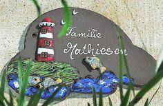 Beschriftetes Keramik Türschild Leuchtturm mit Fischen - Übermütig hechten die Fische aus der Brandung. Ein mittelgroßes Türschild für die Freunde von Wellen und Meer.