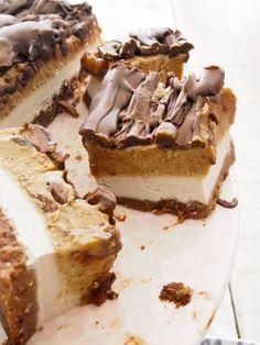 Healthy Mars Bar Cake - Dessert Ideas - Healthy Sweets from The MerryMaker Sisters Raw Vegan Desserts, Vegan Treats, Paleo Dessert, Raw Food Recipes, Gourmet Recipes, Dessert Recipes, Vegan Raw, Raw Vegan Cheesecake, Freezer Recipes
