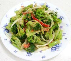 브로콜리는 살짝 데쳐내어 초장에 찍어 드시는 게 일반적이며, 볶음밥 등의 부재료로 사용하시는 경우가 많은데요. 이렇게 평범하게만 브로콜리 요리를 해 드셨다면.... 마요네즈를 넣어 고소하면서 된장의 짭조름.. K Food, Tasty, Yummy Food, Vegetable Seasoning, Korean Food, Korean Recipes, Food Videos, Food To Make, Food And Drink