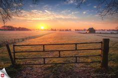 Dit typisch Hollandse landschap is onze Foto van de Dag! 🌷 Geweldig vastgelegd, met een klein laagje mis en een prachtig kleurenpalet van de ondergaande zon. 📷 Gefeliciteerd, Awake78!  Bekijk meer mooie natuurfoto's: 👉👉http://awake78.zoom.nl/👈👈