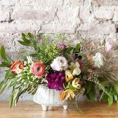 Bring spring into your home by arranging a colorful flower arrangement. @localcreativebk & @aurorabotanica teach you how to make one in four easy steps. Click the link in our profile for the simple tutorial.