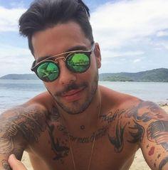 Estilo que te acompanha 😎 @guiaraujo13 de Ray Ban Gatsby com lente espelhada 👏🏼☀️🌴 Super tendência que continua em alta 🔝  #envyotica #rayban #gatsby #raybangatsby #guiaraujo #sunnies #verao #summer #praia #beach