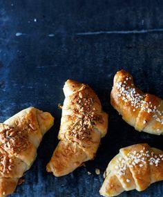 Suolaiset juustosarvet ja makeat luumusarvet | Meillä kotona Hot Dog Buns, Hot Dogs, Food Inspiration, Baking, Desserts, Foods, Koti, Drinks, Disney