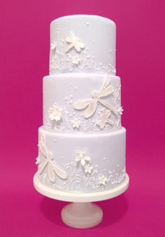 Monotone cake with dragonflies. I absolutely love this cake! Gorgeous Cakes, Pretty Cakes, Cute Cakes, Amazing Cakes, Dragonfly Cake, Butterfly Cakes, Dragonfly Wedding, Butterflies, Fondant Cakes