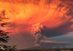 Smoke and ash rise from the Calbuco volcano as seen from the city of Puerto Montt, Chile April Natural disasters that rocked the world in 2015 Volcano Photos, Garden Of Earthly Delights, The Weather Channel, Press Photo, Ghost Towns, Natural Disasters, Photojournalism, Planet Earth, Sunsets