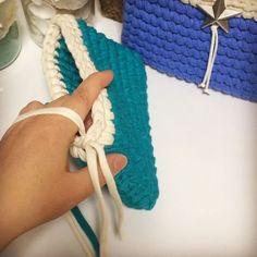 細編みポシェット⑧ 編み終わり ・ ・ こちらの動画は最終段の最後の細編みから、糸を切って内側に入れる部分までを撮っています。 ・ ・ 最後の引き抜き編みを終えたら、糸を長く引き出しカットします。 ・ 引き抜き編みをしたのと同じ目に内側から針を入れて、外側に残っている端糸を引き込みます。 ・ あとは糸処理をして完了です❤️ ・ ・ 最後引き抜き編みをしないで糸処理をする方法などもあるのですが、わかりやすい方で撮りました。 ・ ・ 次は糸処理の動画を一応載せます……。 ・ ・ ⚠️こちらは自己流です。本に載っている編み方や手順と異なる場合があります。 ・ ⚠️初心者の方に向けた内容の動画をpostしています。 ・ ⚠️ご質問はDMではなくコメントからお願いします。基本的に動画内容に関係するご質問でお願いします。 ・ ・ #trapillo#バッグ#bag#ニットバッグ#ハンドメイド#トートバッグ#ズパゲッティ#ママバッグ#instacrochet #おしゃれ#カリフォルニアスタイル#ウエーブ#海を感じる雑貨#コーデ#hoooked#親子リンク#アロハ#ママコーデ#マ...