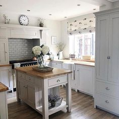 What a wonderful example of the perfect country kitchen over 👌💚 New Kitchen Cabinets, Kitchen Layout, Cupboards, Kitchen Island, Home Decor Kitchen, Home Kitchens, Kitchen Ideas, Kitchen Time, Cottage Kitchens