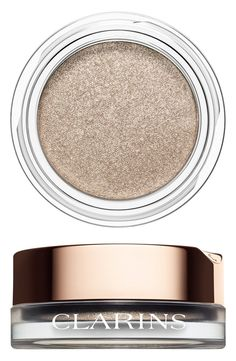 This iridescent eyeshadow combines the comfort of a cream with the control and wear of a powder and gives the eyes a beautiful sparkling finish.