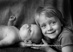 Wat is ze trots om grote zus te zijn! #familystoriesphotography