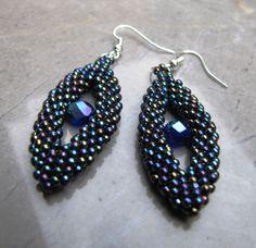 modroočky šité náušnice z korálků Toho s modrým broušeným korálkem.