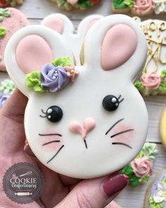 Bunny Butt Cupcakes tutorial - Make these adorable and easy Bunny Butt Cupcakes as a silly Easter treat for kids. Little bunny butts on top of your favorite cupcakes will make the cutest Easter cupcakes around! Fancy Cookies, Iced Cookies, Royal Icing Cookies, Holiday Cookies, Cupcake Cookies, Sugar Cookies, Easter Cupcakes, Easter Cookies, Birthday Cookies