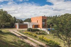 Privathaus entworfen von Q_arts Arquitetura in Itaara, Rio Grande do Sul, Brasilien - hausdesignon Rio Grande Do Sul, Low Cost Housing, Villa, High Walls, Contemporary Architecture, Contemporary Houses, Next At Home, Interior And Exterior, Country Roads