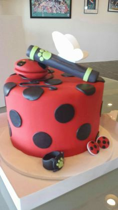 MLB jokes and pics ) ) Basically the same as the PJO version…except these are more fan art… Ladybug E Catnoir, Ladybug And Cat Noir, Ladybug Cakes, Miraculous Ladybug Party, Adrien Y Marinette, Cupcake Cakes, Owl Cupcakes, Fruit Cakes, Mlb