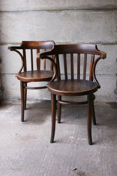 Thonet stoel. Blijft mooi!  C Sofa Furniture, Furniture Design, Antique Furniture, Bentwood Chairs, Dining Chairs, Bend Chair, French Bistro, Stool Chair, Wooden Stools