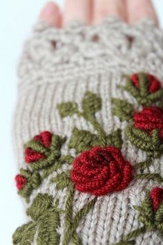Knitted Fingerless Gloves Roses Beige от nbGlovesAndMittens Source by irinabronya. Fingerless Gloves Knitted, Crochet Gloves, Knit Mittens, Embroidery On Clothes, Wool Embroidery, Embroidery Patterns, Gants Roses, Knitting Designs, Knitting Patterns