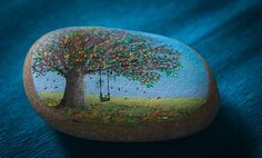 Недавно увидела прекрасные расписные камни от киевлянки Яны Хачикян. Она превратила обычные камни в произведения искусства, расписывая их маслом!'Свои первые камни Яна расписала в Крыму. Оттуда привезла себе и 'домашнюю работу'. Сегодня для нее камни привозят со всей Украины, и Яна расписывает их, создавая очень неожиданные образы. Работает художница по ночам — она убеждена, что это лучшее время для творчества.